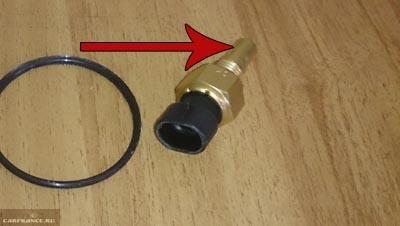 Проверка состояния наконечника датчика охлаждающей жидкости Лада Калина