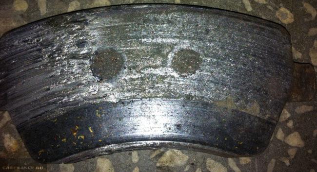 Критичный износ передней тормозной колодки на Лада Ларгус