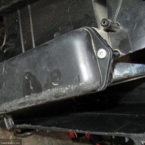Отпиленное отверстие с панели для демонтажа радиатора Лада Калина