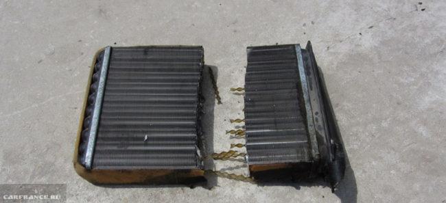 Отпиленный пополам для удобства снятия радиатор отопителя с Лада Калина