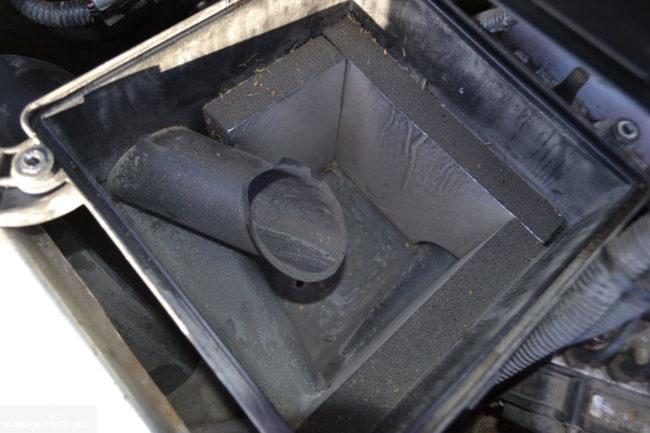 Корпус воздушного фильтра на Лада Калина изнутри