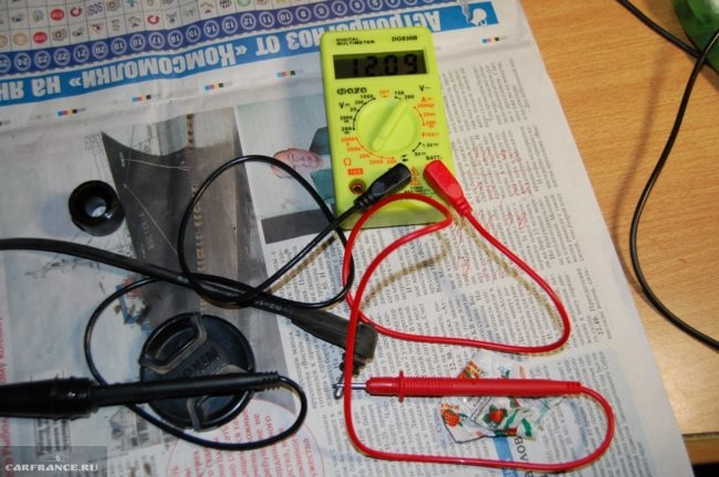 Тестером проверяется сопротивление высоковольтных проводов Калины