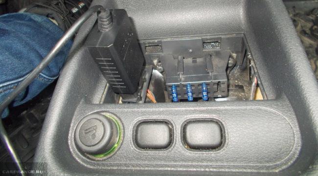 Диагностический разъём с установленным адаптером на Лада Калина первое поколение