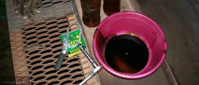 Слитое масло с двигателя Лада Калина