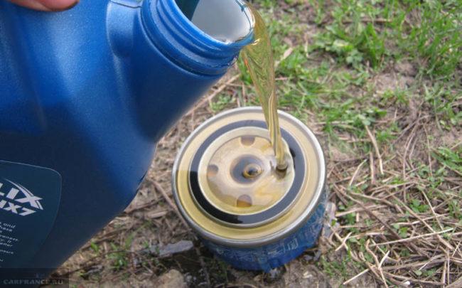 Заливаем новое масло в масляный фильтр