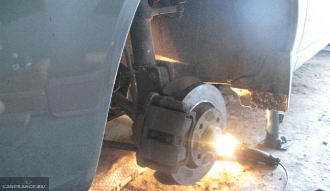 Элементы передней подвески Лада Калина без снятого колеса