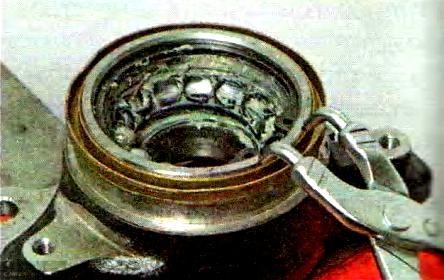 Снимаем стопорное кольцо подшипника ступицы Калина