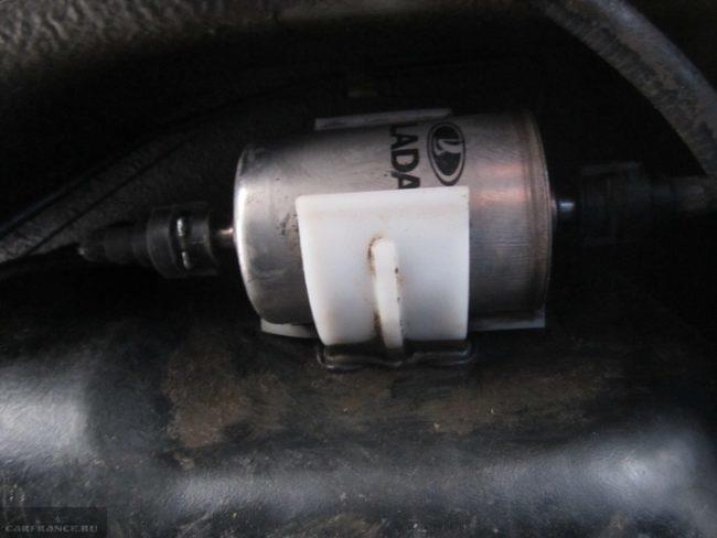 Установленный новый топливный фильтр на Калину