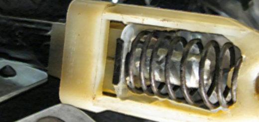 Трос сцепления и его пружинный механизм вблизи Лада Калина