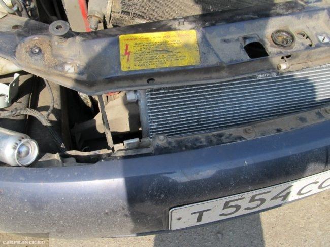 Установленный радиатор кондиционера Калина