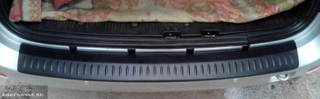 Установка накладки на задний бампер с частичным снятием на Лада Ларгус