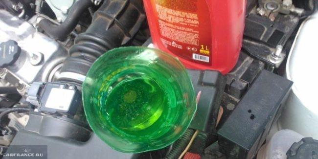 Заливаем около трёх литров масла в КПП Лада Калина