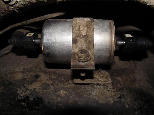 Установленный фильтр горючего на Калине