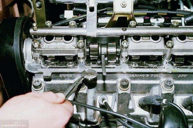 Пинцет с регулировочной шайбой вынутой с ДВС ВАЗ-2112