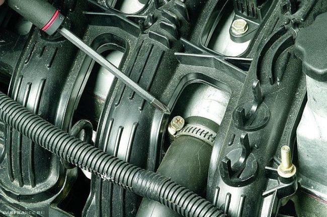 Демонтаж шланга картерных газов ВАЗ-2112
