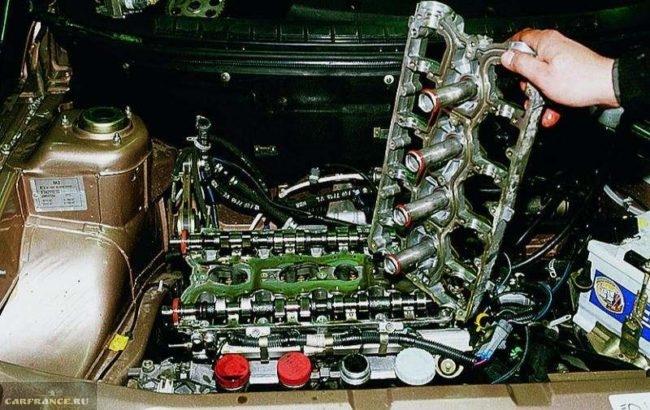 Снимаем клапанку и крышку распредвалов с двигателя ВАЗ-2112