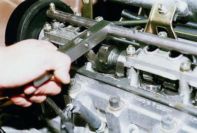 СпецИнструмент установлен для регулировки клапанов ВАЗ-2112