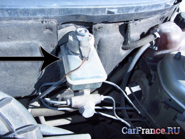 Расположение бачка с тормозной жидкостью под капотом ВАЗ-2112
