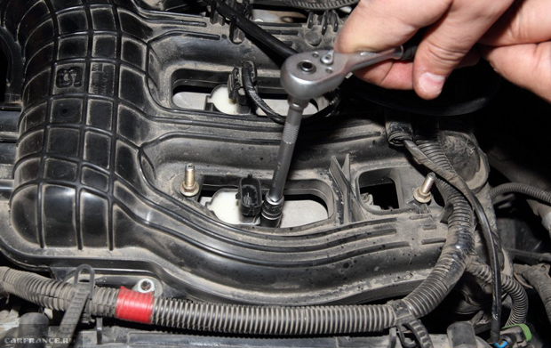 Демонтаж болтов катушек зажигания ВАЗ-2112