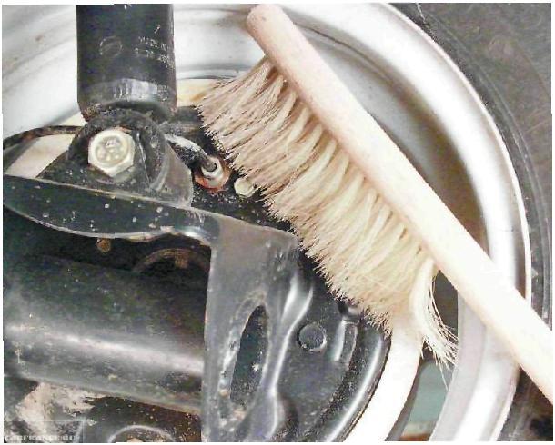Очищаем тормозной клапан на переднем колесе от грязи ВАЗ-2112