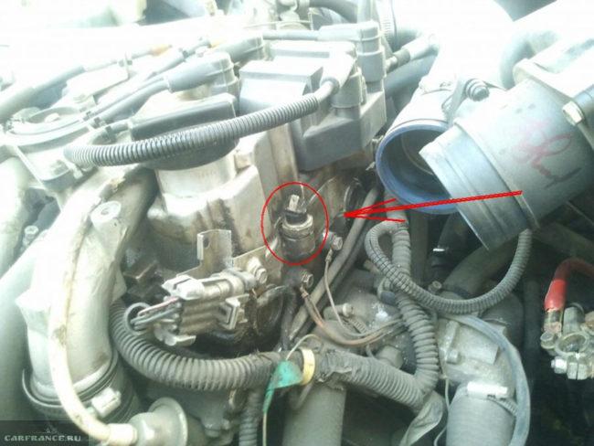 Датчик давления масла под капотом ВАЗ-2112 16 клапанов