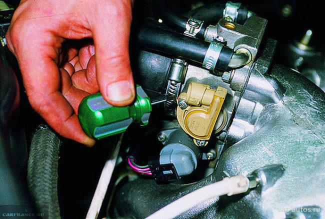Датчик положения дросселя на двигателе ВАЗ-2112