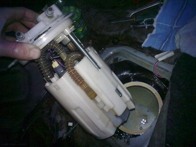 Демонтируем бензонасос из бензобака ВАЗ-2112