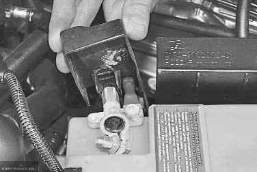 Снимаем минусовую клемму с АКБ 2112