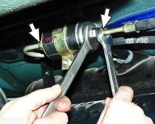 Проводим демонтаж креплений топливного фильтра 2112