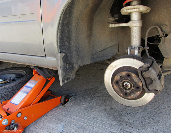 Демонтаж колеса ВАЗ-2112 и домкрачивание