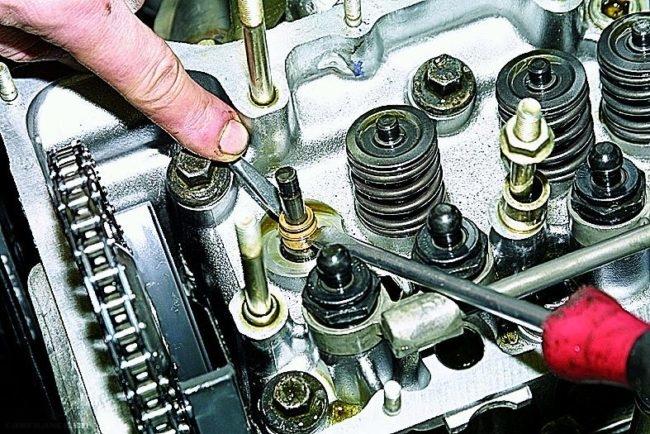 Демонтируем колпачки клапана ВАЗ-2112