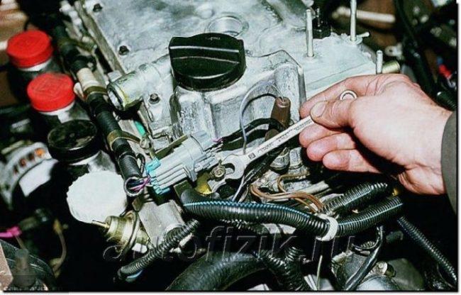 Демонтируем крепления жгута проводов ВАЗ-2112