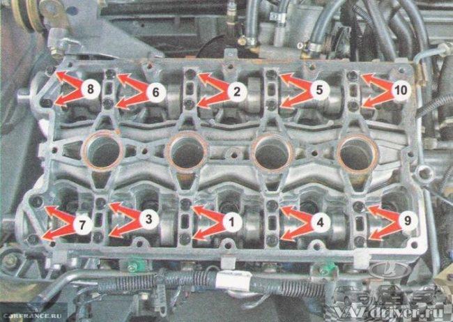 Открутив крепления демонтируем распределительные валы ВАЗ-2112