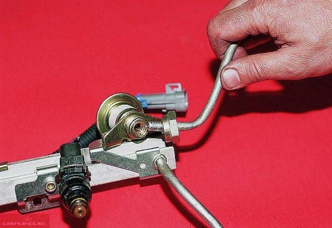 Демонтируем регулятор подачи топлива на рампе ВАЗ-2112
