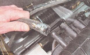 Отключение вакуумной трубки тормозов ВАЗ-2112
