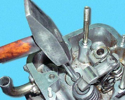 При помощи молотка вынимаем клапан с ГБЦ ВАЗ 2112