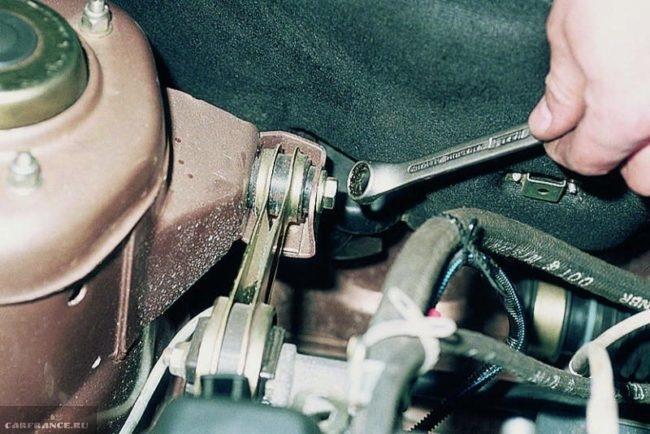 Демонтаж задней опоры двигателя ВАЗ-2112