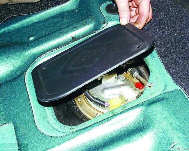 Демонтируем крышку люка бензонасоса ВАЗ-2112