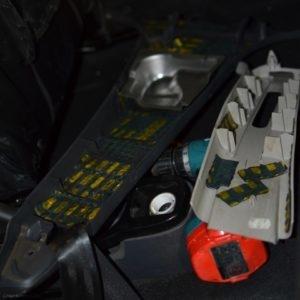 Оклейка шумоизоляцией пластиковых накладок между дверей Рено Дастер