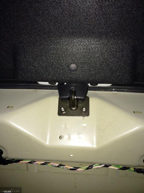 Механизм замка багажника в действии на ВАЗ-2112