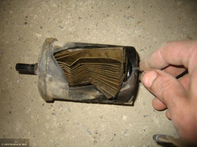 Бензиновый фильтр в разрезе после снятия с ВАЗ-2112