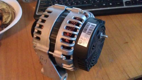 Генератор БАТЭ белорусский на ВАЗ-2112 16 клапанов вид сбоку