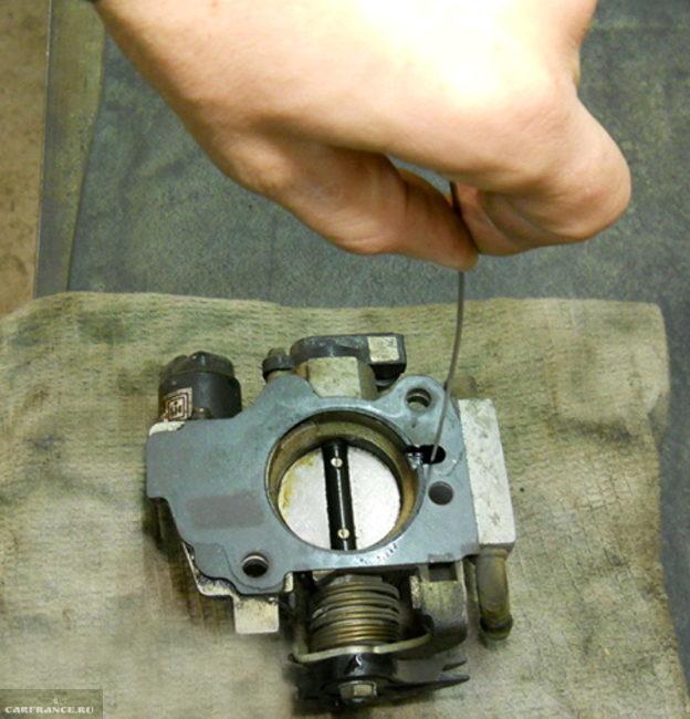 Чистка каналов дроссельного узла на ВАЗ-2112 при помощи металлической спицы
