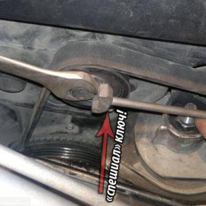 Натягивание ремня генератора при помощи специального ключа на ВАЗ-2112