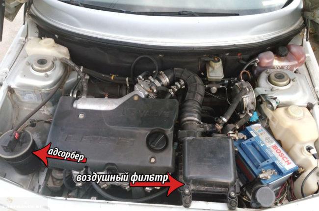 Корпус воздушного фильтра и адсорбер под капотом ВАЗ-2112