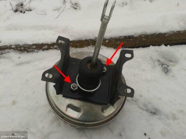 Расположение гаек которые крепят кронштейн к штоку вакуумного усилителя на ВАЗ-2112