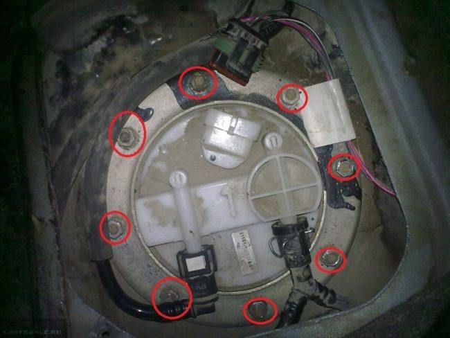 Гайки крепления крышки бензонасоса ВАЗ-2112 под декоративной заглушкой