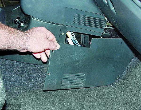 Снимаем защитную крышку блока дополнительных реле