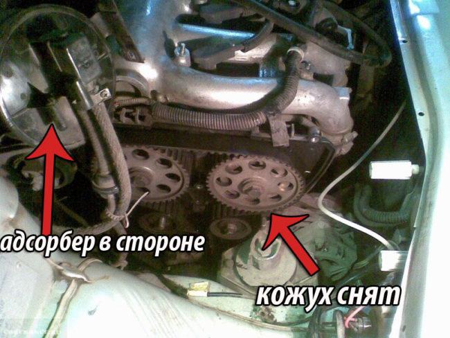Снятый кожух механизма ГРМ и помпы ВАЗ-2112