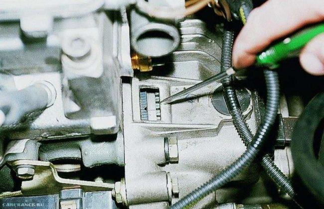 Метка на маховике и корпусе должна совпасть на ВАЗ-2112